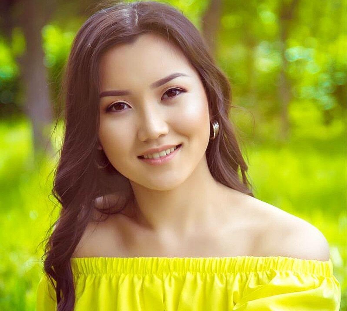 kirgizka-devushka-na-foto-plyazh-gde-nikto-ne-stesnyaetsya-bit-golim-video